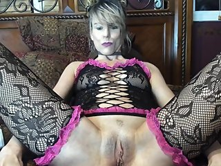 COUGAR MILF LOOKING AT PORN HUB ON IPAD WHILE FINGERING HOT PUSSY