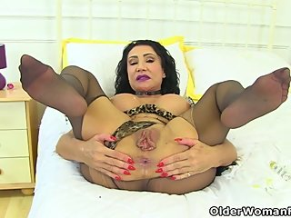 English milf Nicole DuPapillon spreads her huge fanny lips